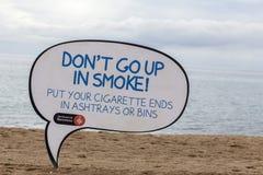 Signe public de l'information de ville pour le nettoyage de plage, plage de Barceloneta, Barcelone Photographie stock libre de droits
