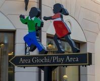 Signe qui symbolise la direction d'un terrain de jeu pour des enfants images libres de droits