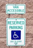 Signe réservé de stationnement Photo stock
