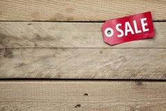 Signe rouge avec la vente sur le fond en bois Image stock