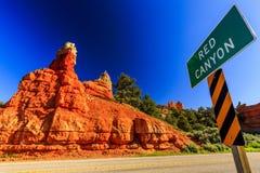 Signe rouge de canyon à l'entrée rouge de canyon, Utah, Etats-Unis Photos libres de droits