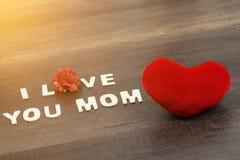 Signe rouge de coeur avec des mots de maman d'amour d'I sur le bois Images libres de droits