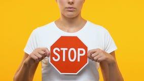 Signe sérieux d'arrêt de participation de femme, protestation contre la discrimination à l'égard des femmes, droites banque de vidéos