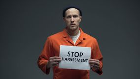 Signe se tenant masculin de harcèlement d'arrêt emprisonné par Européen en cellule, demandant l'aide banque de vidéos