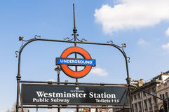 Signe souterrain de Londres à la gare de Westminster Photographie stock libre de droits