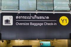 Signe surdimensionné d'enregistrement de bagages à l'aéroport, Bangkok, Thaïlande Images libres de droits