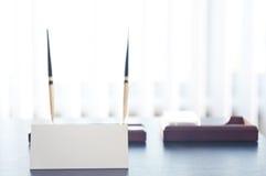 Signe triangulaire blanc pour le label se tenant sur une table noire photo stock