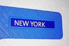 Signe vers New York sur un mur de briques Photos stock