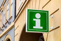 Signe vert de centre d'infos pour des touristes et des visiteurs Image libre de droits