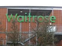 Signe vert de magasin de Waitrose derrière des arbres, Rickmansworth photos stock