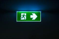 Signe vert de sortie de secours la manière de s'échapper Photo libre de droits