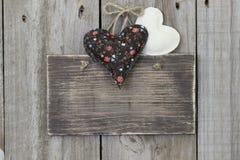 Signe vide accrochant sur la porte en bois avec des coeurs de calicot et de mousseline Images stock