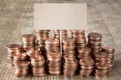 Signe vide avec des piles de pièces de monnaie en cuivre Images libres de droits