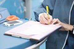 Signe vital d'enregistrement d'infirmière d'anesthésie image stock