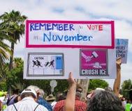 Signes augmentés à U S marche contre la politique sur l'immigration d'atout photographie stock libre de droits
