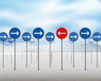 Signes bleus de flèche et un pointage rouge dans la direction opposée Photographie stock
