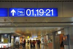 Signes d'aéroport avec des numéros de porte à l'embarquement Images stock