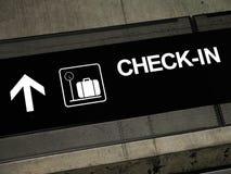 Signes d'aéroport - enregistrement Images libres de droits