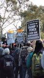 Signes d'Anti-atout de langue espagnole, Washington Square Park, NYC, NY, Etats-Unis Photo stock
