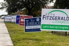 Signes de candidat en dehors de bureau de vote pendant l'élection présidentielle Photographie stock libre de droits