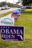 Signes de candidat en dehors de bureau de vote pendant l'élection présidentielle Photographie stock