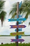 Signes de destination avec la direction et le kilomètrage Photos stock