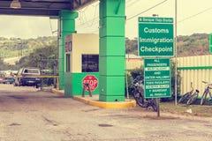Signes de frontière à la frontière entre Belize et le Guatemala près de San Photographie stock libre de droits