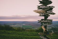 Signes de la distance des villes russes sur la colline Photo stock