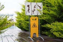 Signes de la piscine sur les conseils humides Photo stock