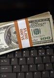 Signes de la prospérité, de l'ordinateur portable et de l'argent comptant photographie stock libre de droits