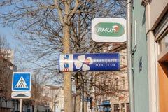 Signes de loterie de l'UGP et de LOTO de France Photos stock