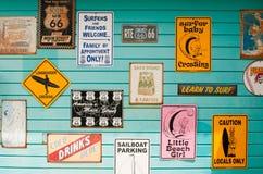 Signes de maison de vague déferlante Photographie stock libre de droits