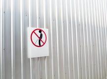Signes de pipi de tabous sur le mur Photo stock