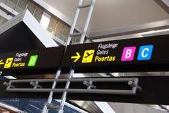 Signes de porte d'aéroport, aéroport de Malaga. Images libres de droits