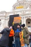 Signes de prise d'étudiants de se serrer au rassemblement Photo libre de droits
