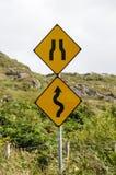 Signes de route et de goulot d'étranglement d'enroulement Image stock