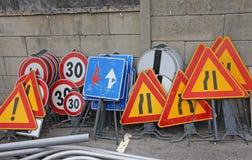 Signes de route prêts à être installé Photographie stock