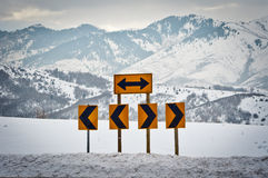 Signes de route se dirigeant à gauche et à droite Photos libres de droits