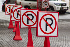 Signes de route Se garer de signes Photographie stock