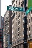 Signes de rue d'amour de mariage Photographie stock libre de droits