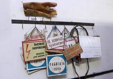 Signes de sécurité électriques industriels, identifier par le texte sur le carton Images libres de droits