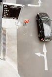 signes de stationnement de sens de carrefour Photographie stock libre de droits