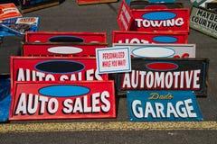 Signes des véhicules à moteur classiques Photographie stock