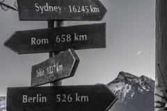 Signes directionnels aux villes internationales à Salzbourg Photo libre de droits