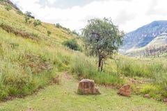 Signes directionnels gravés de roche au début d'Injisuthi augmentant le tra Photographie stock libre de droits