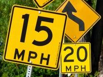 Signes embrouillants de limitation de vitesse Photographie stock libre de droits