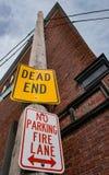 Signes en métal de marquage routier vus à Salem, mA, Etats-Unis photos stock
