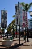 Signes et drapeaux au centre de la ville de Napier, Nouvelle-Zélande Images libres de droits