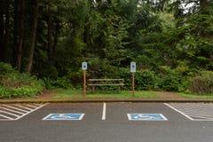 Signes et espaces handicapés de stationnement images libres de droits