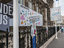 Signes faisant de la publicité l'objet exposé d'habillement en dehors d'Hotel de Ville, rue d Photos stock